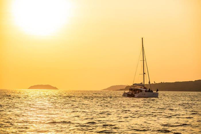 ラチャ島 コーラル島(カタマランボート利用)